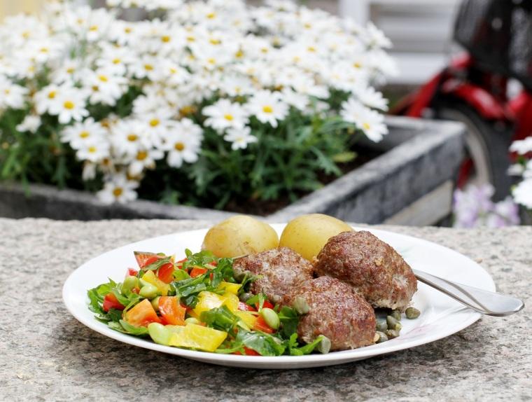 Lunch med köttfärsbiffar, potatis, sallad och kapris