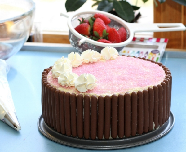 tårta dekoreras