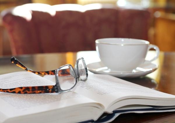 Njuter av ensamheten i salongen på Rånäs slott. Kaffe och Börjlinds senaste bok, vad mer kan man önska sig?